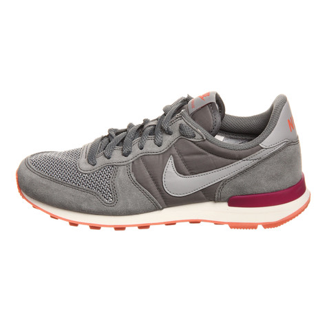 check out f7ecf 3afaa Nike. WMNS Internationalist (Cool Grey   Wolf Grey   Bright Magenta ...